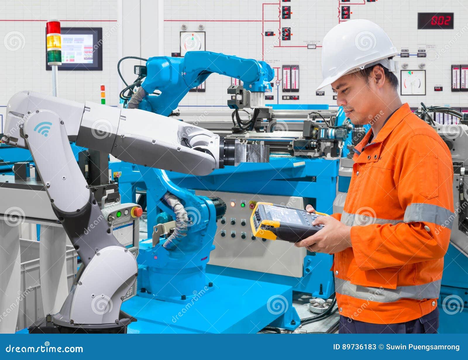 Utrzymanie inżynier programuje automatyzujący mechanicznego przy przemysłem 4