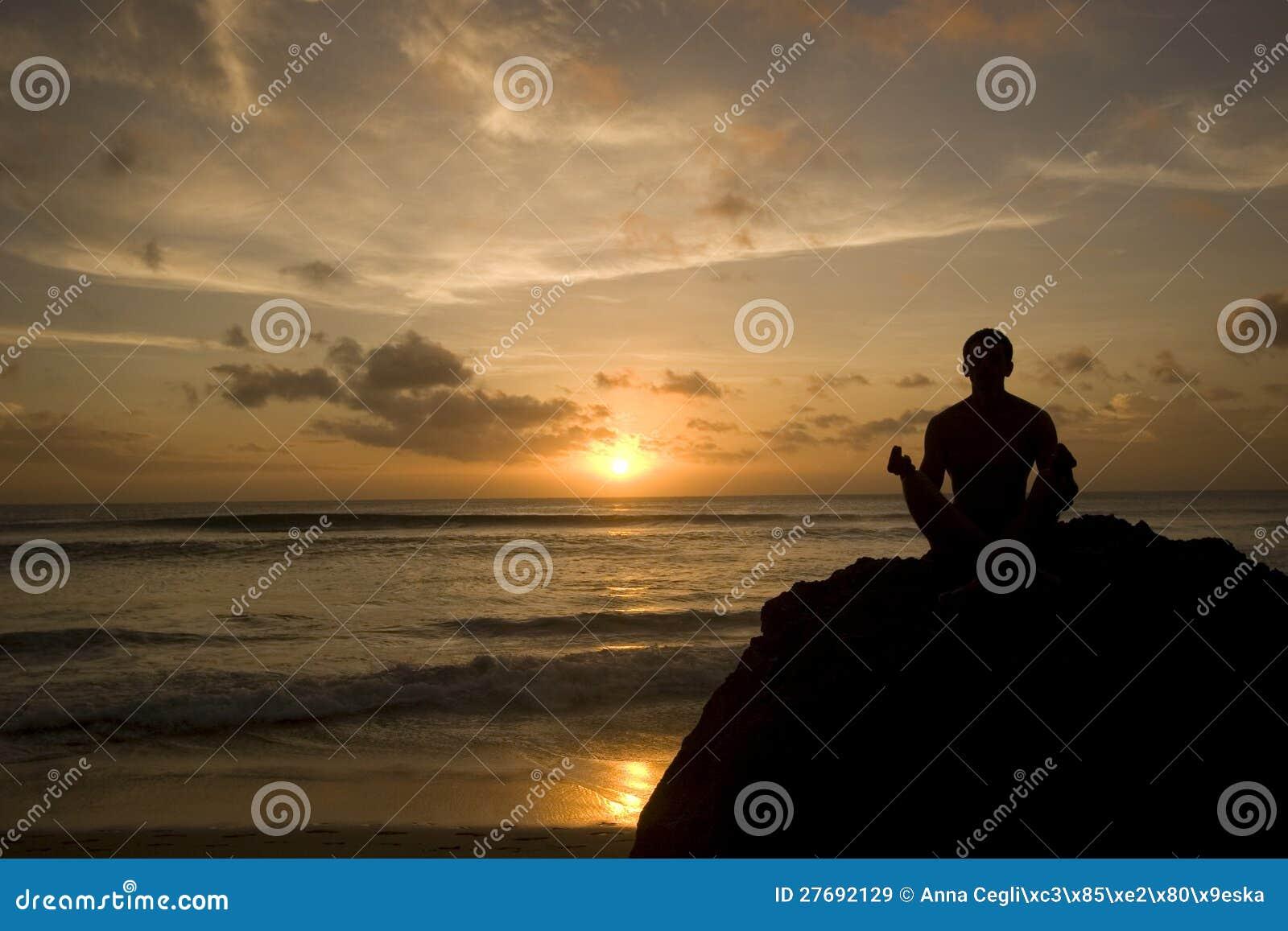 Utrzymujący słońce - młody człowiek target1175_0_ na plaży