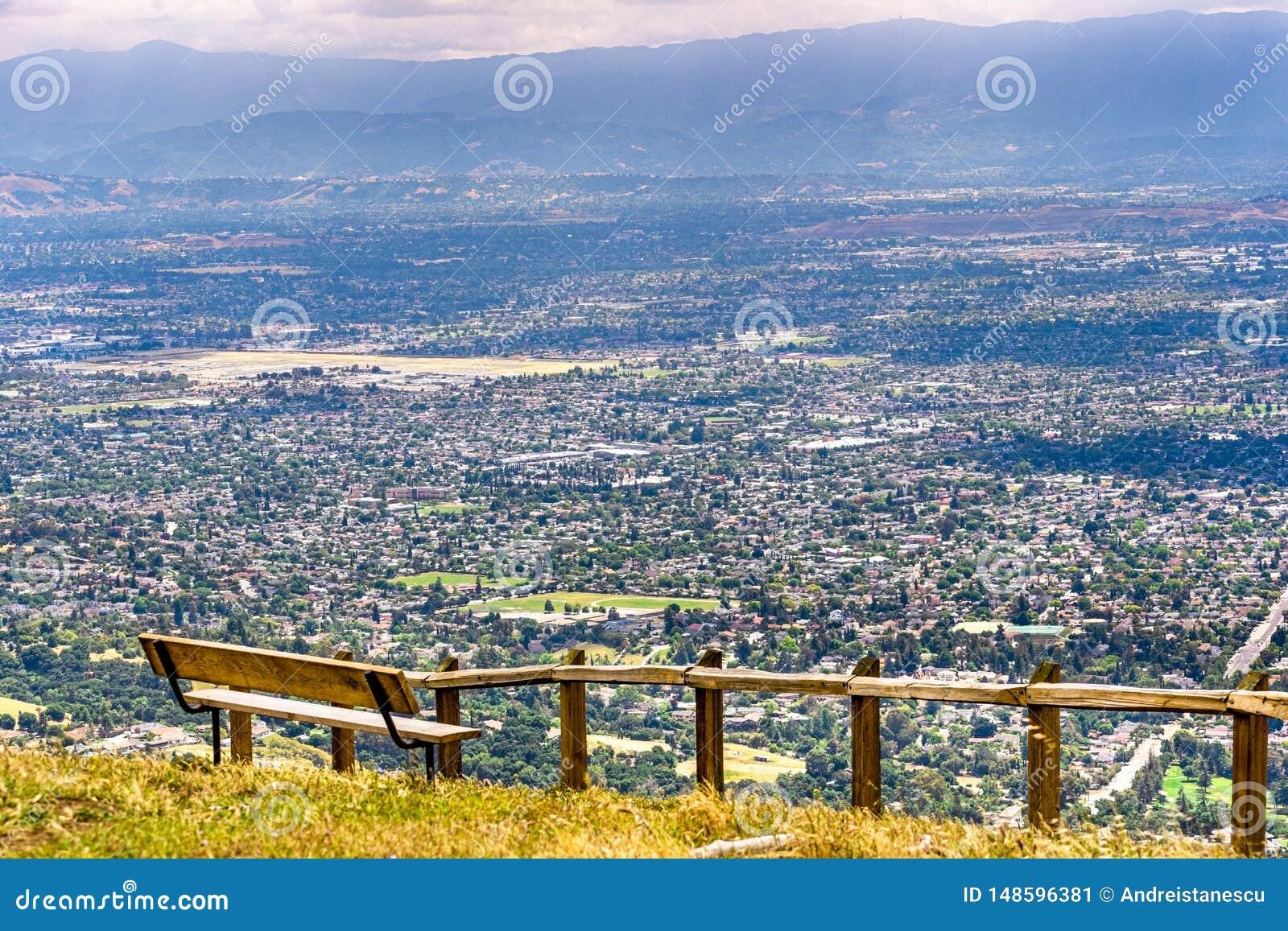 Utsiktpunkt som förbiser San Jose, hjärtan av Silicon Valley; södra San Francisco Bay område, Kalifornien