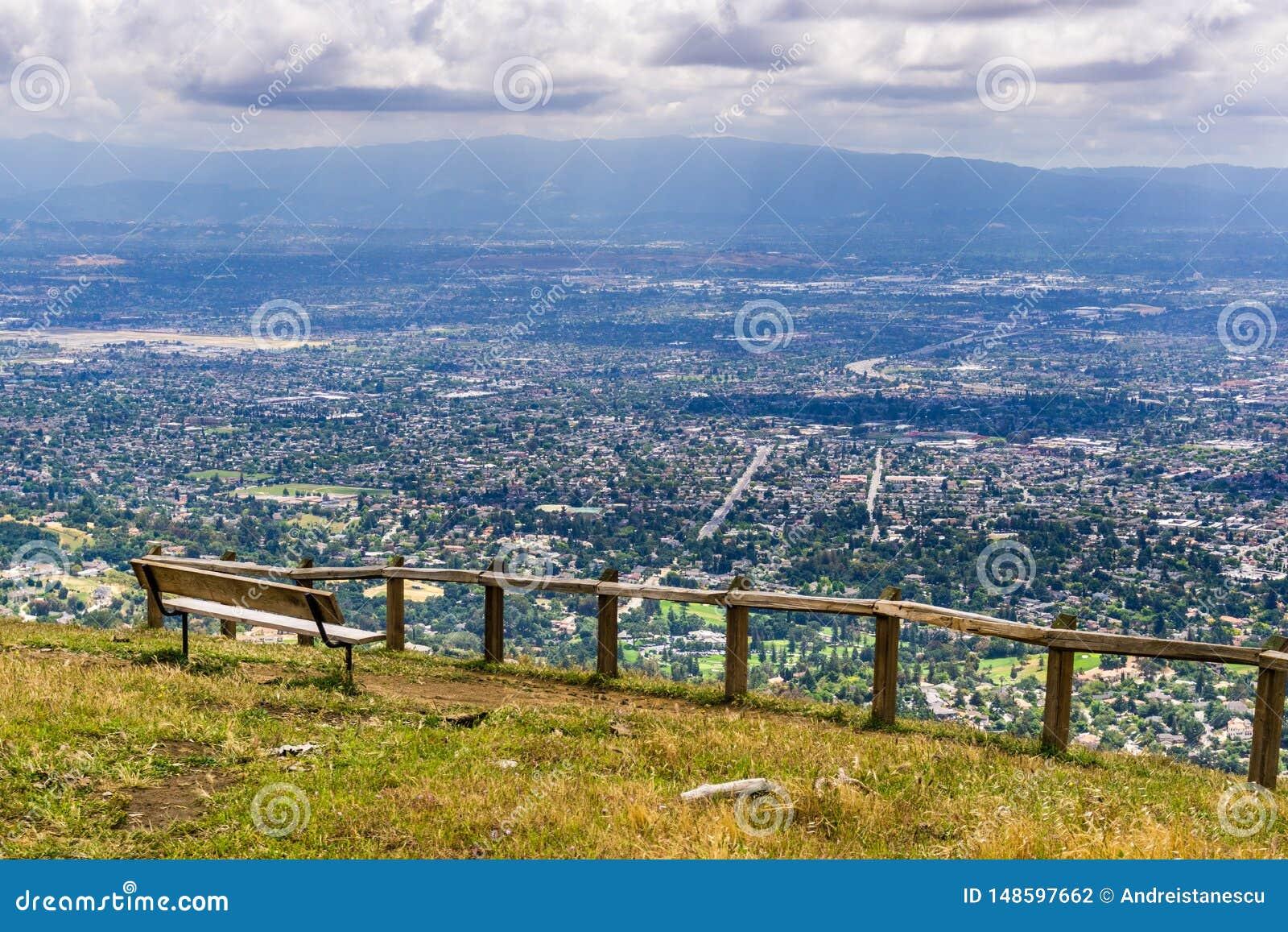 Utsiktpunkt som f?rbiser San Jose, hj?rtan av Silicon Valley; s?dra San Francisco Bay omr?de, Kalifornien