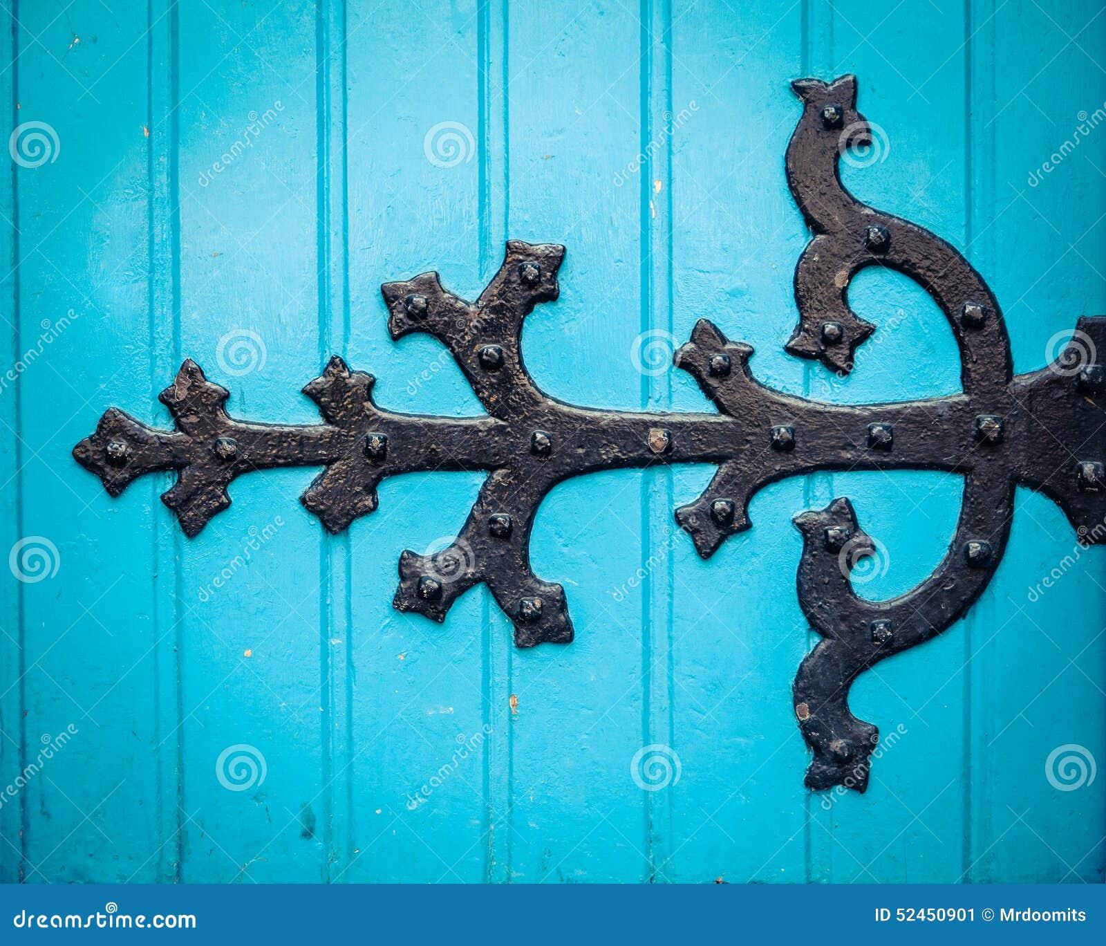 Utsmyckat gångjärn på blåttkyrkadörr