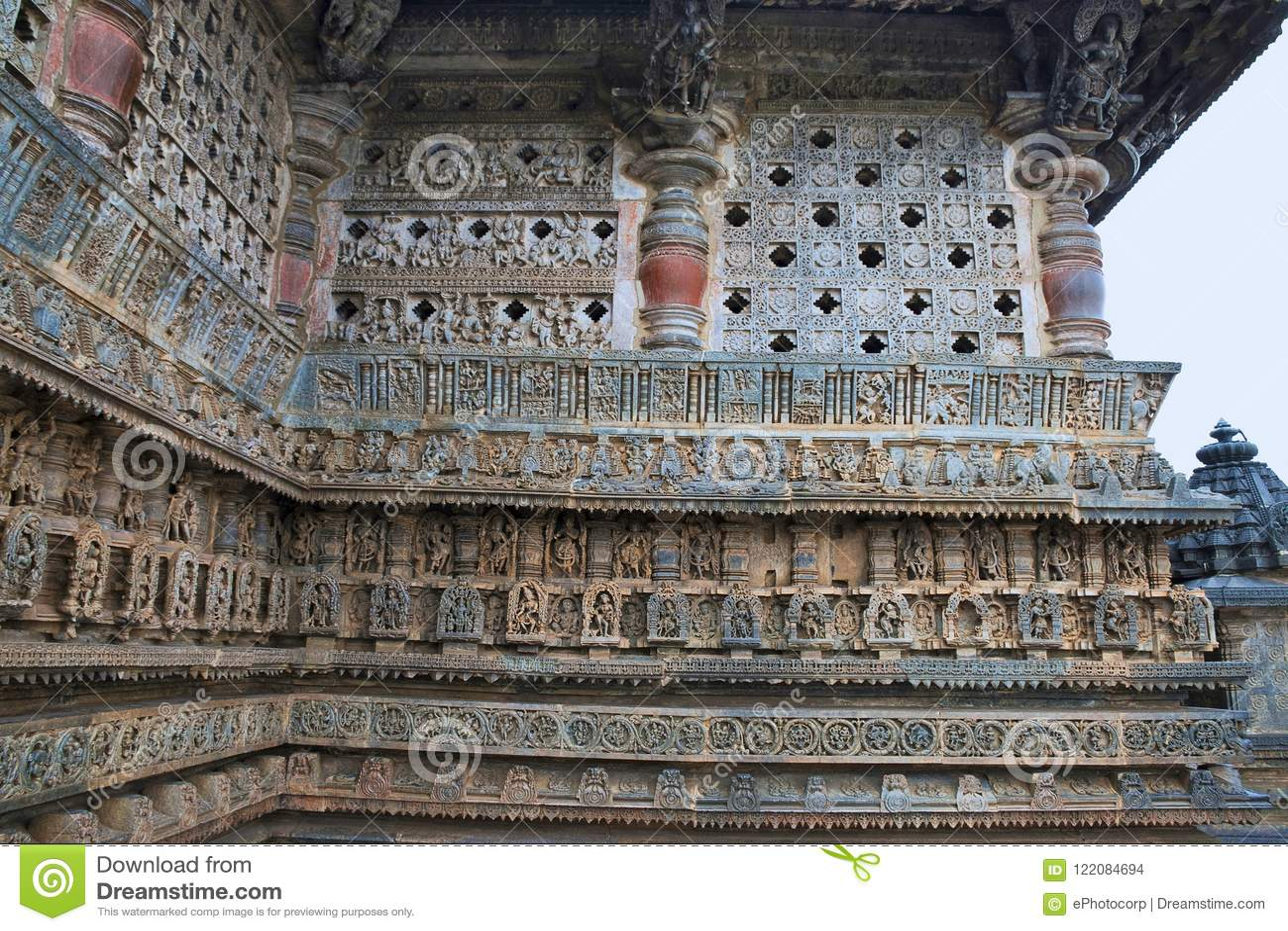 Utsmyckat perforerat fönster och dekorativa friars med gudar, dansare och andra diagram, Chennakeshava tempel Belur Karnataka