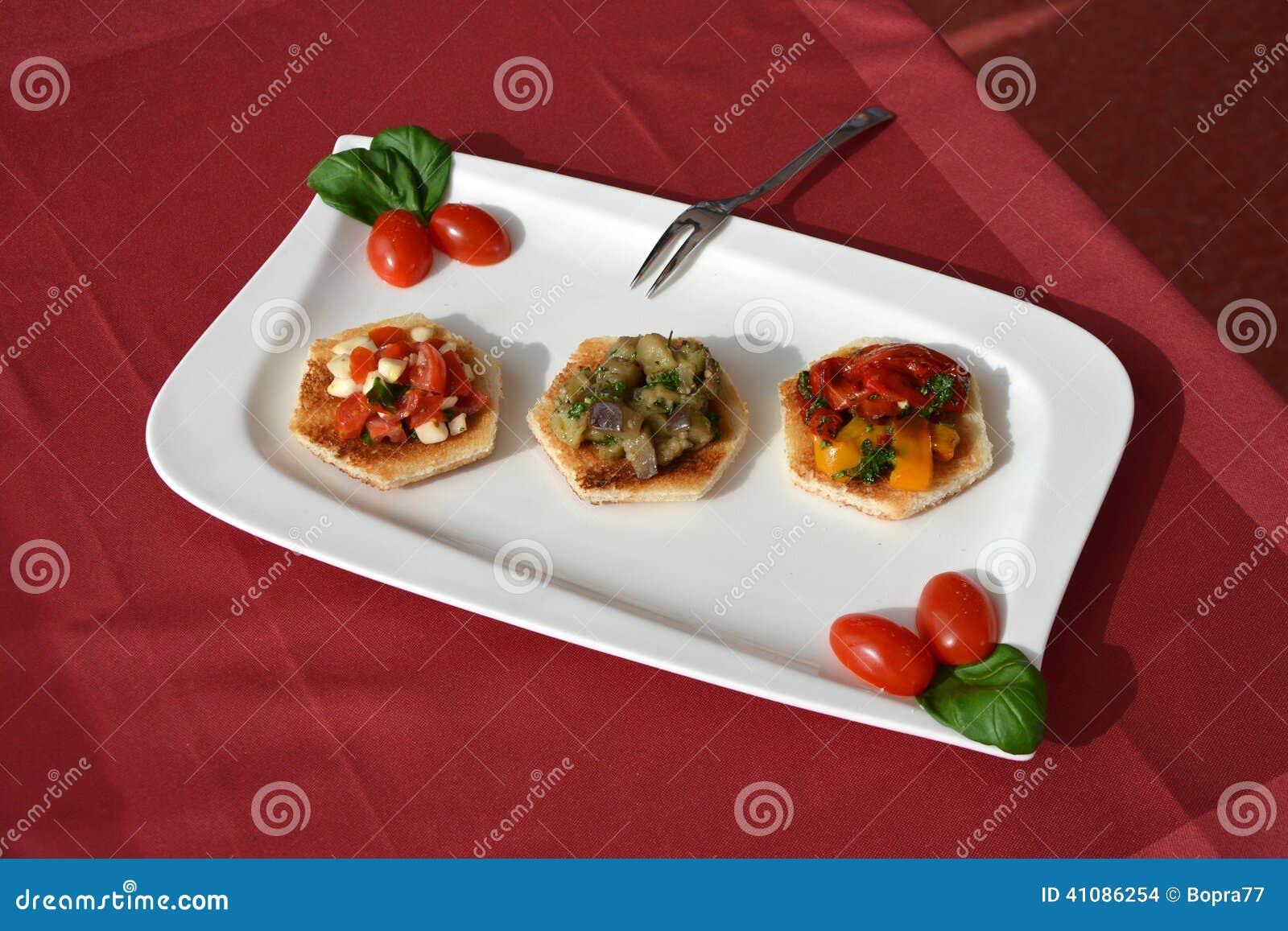 Utsmyckat rostat bröd med grönsaker