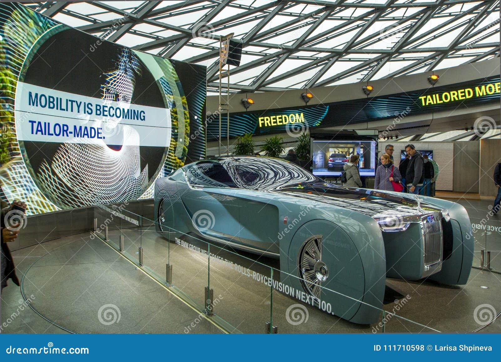 Utställningen på BMW museet framlägger den djärva begreppsbilen av framtid - lyxig 103EX-Rolls-Royce VISION DÄREFTER 100, Munich,
