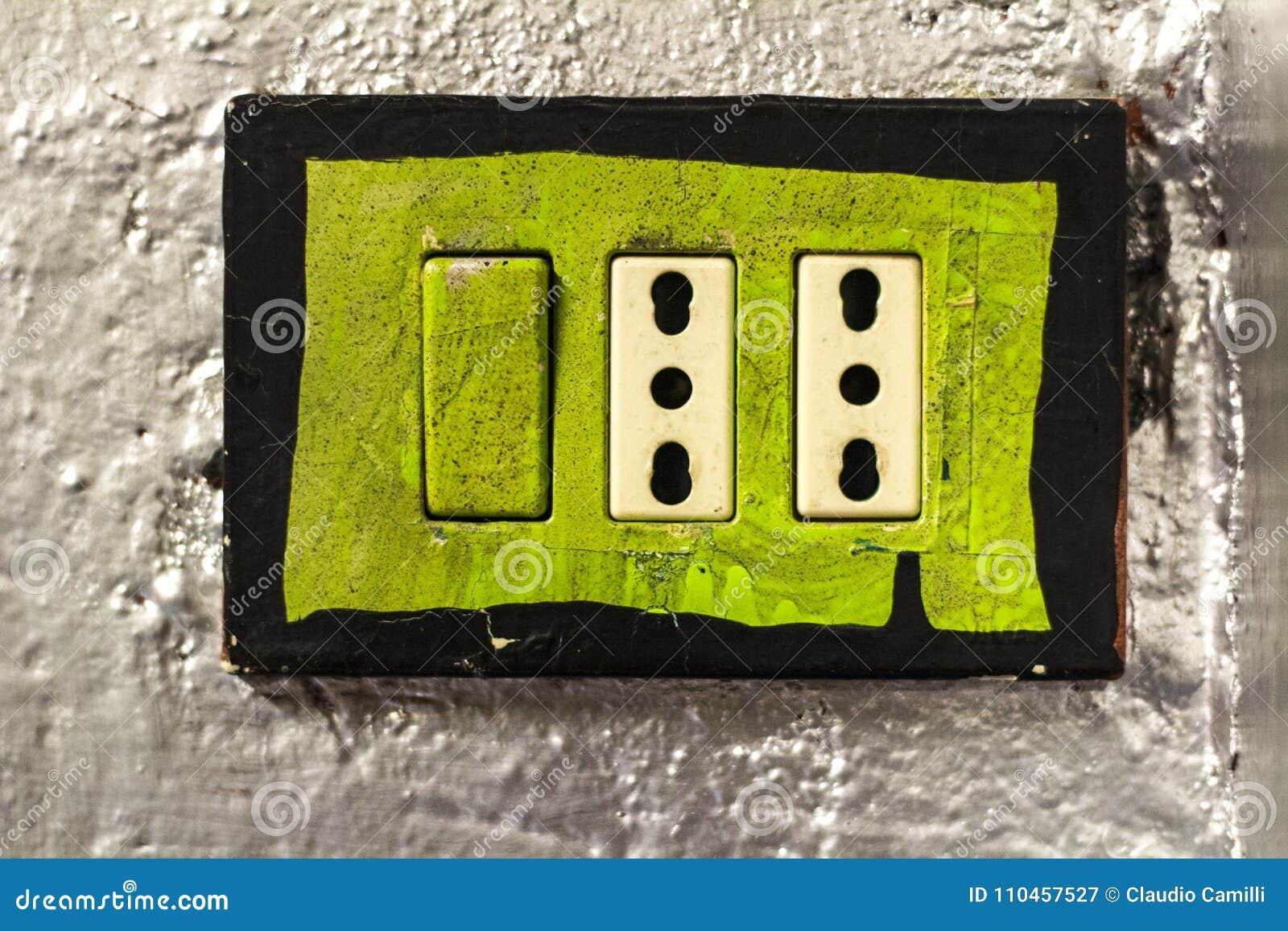 Uttag för grön makt i silverfärgvägg