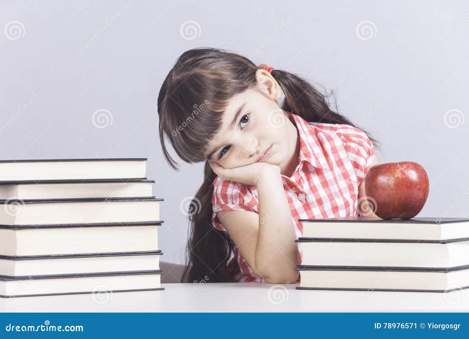 Uttråkad liten skolflicka