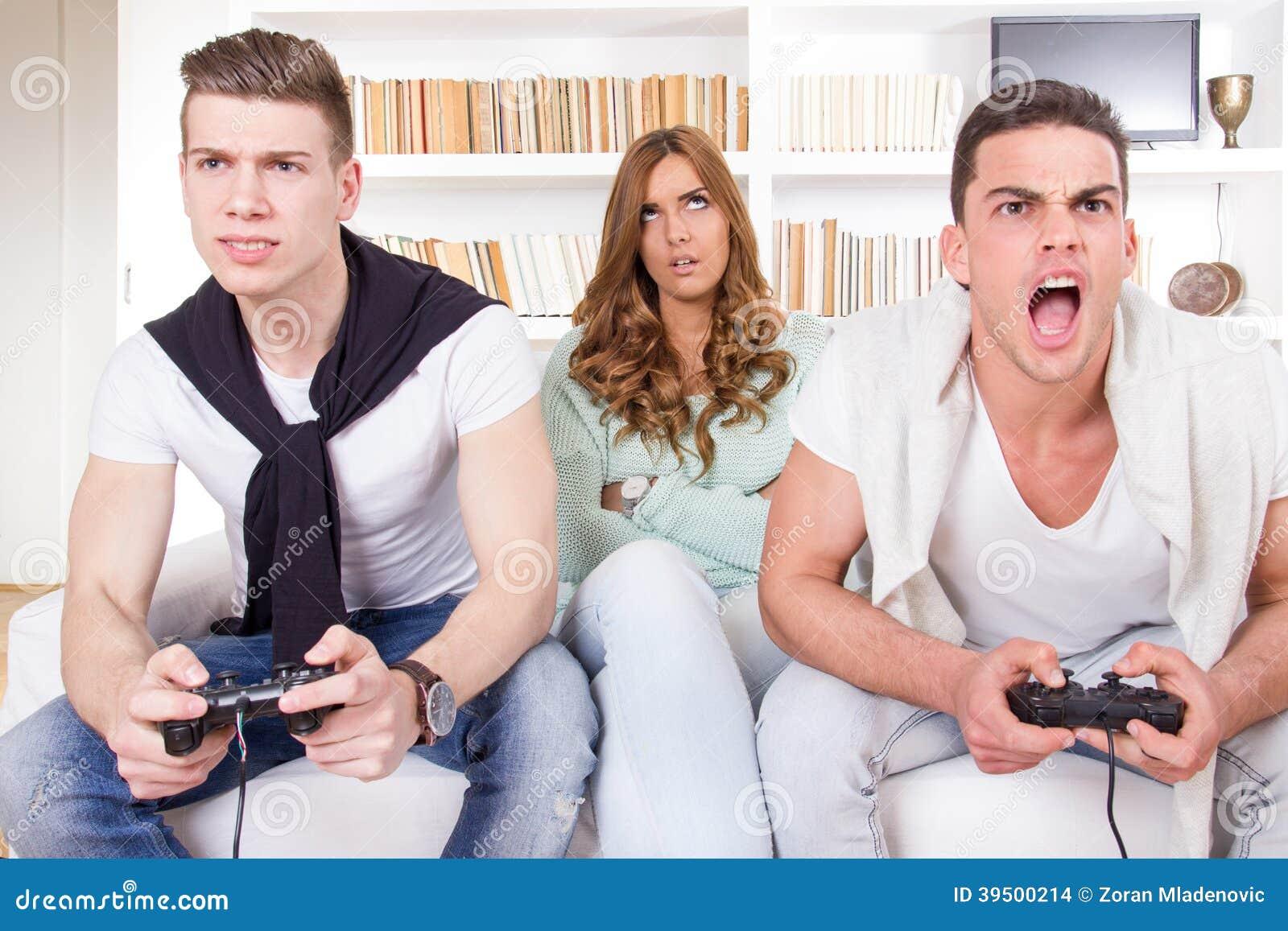 Uttråkade kvinnor mellan två tillfälliga passionerade män som spelar videospelet