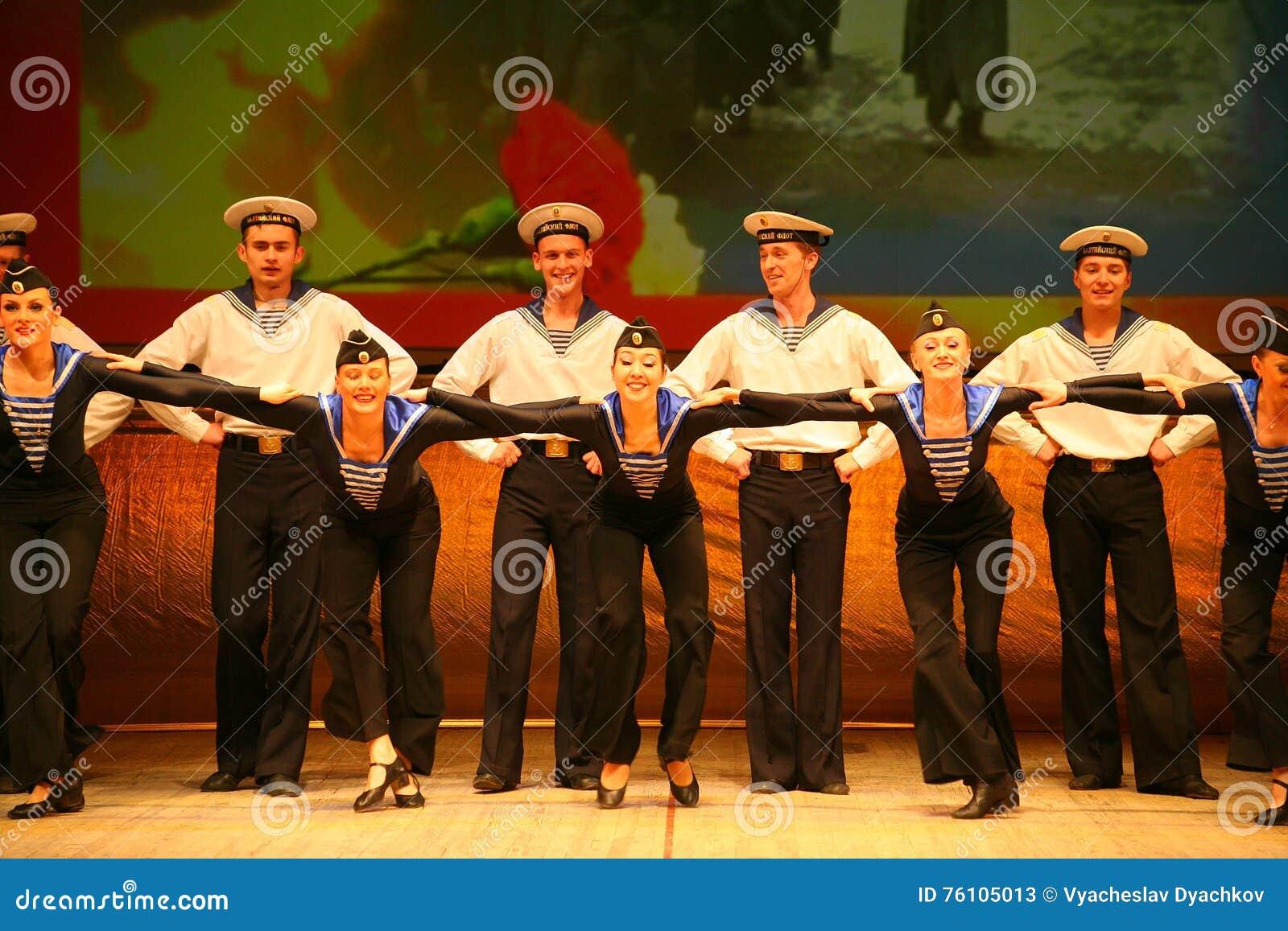 Uttrycksfull livlig dans av rött av revolutionära sjömän