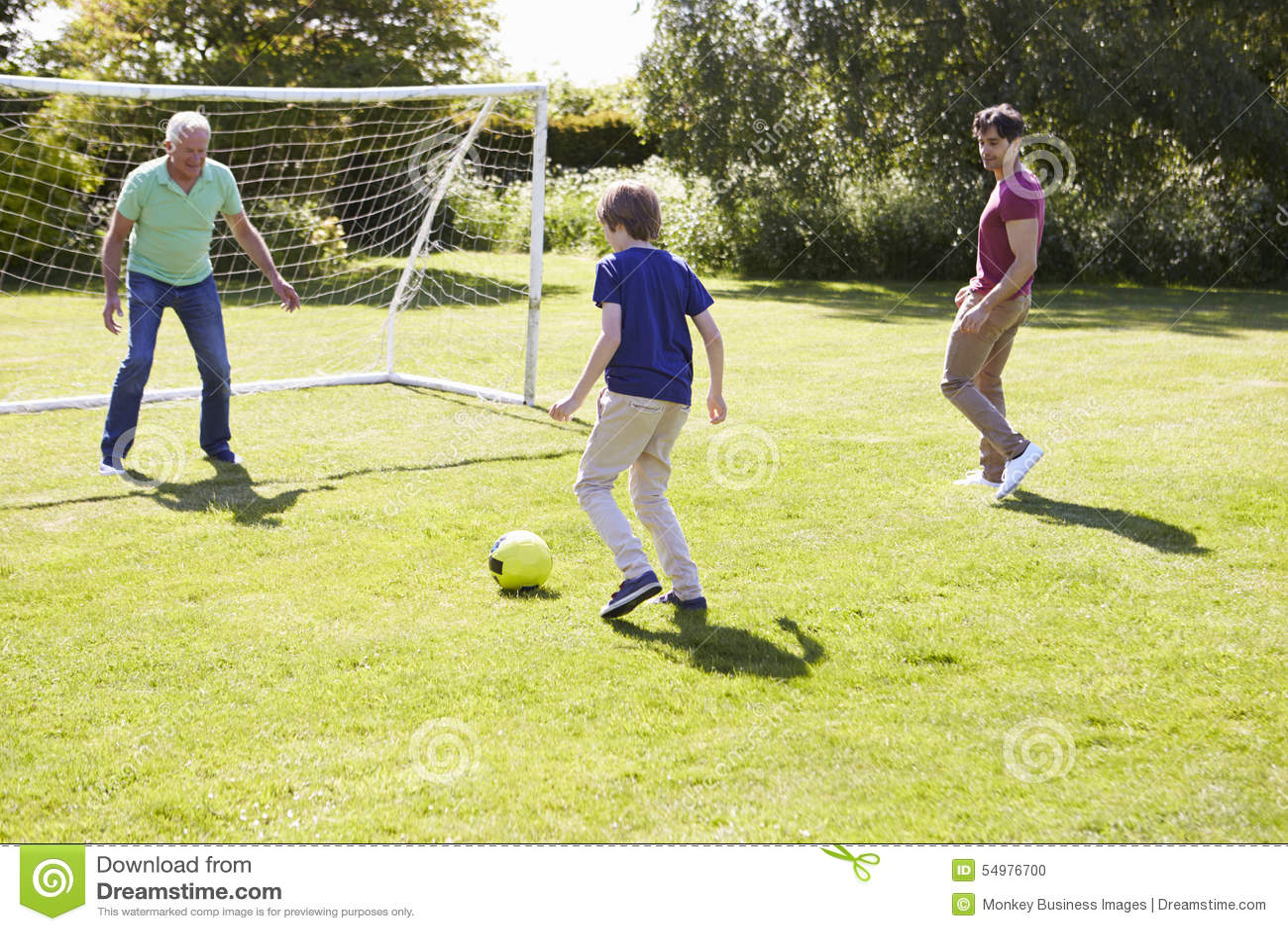 Utvecklingsfamilj för man som tre spelar fotboll tillsammans