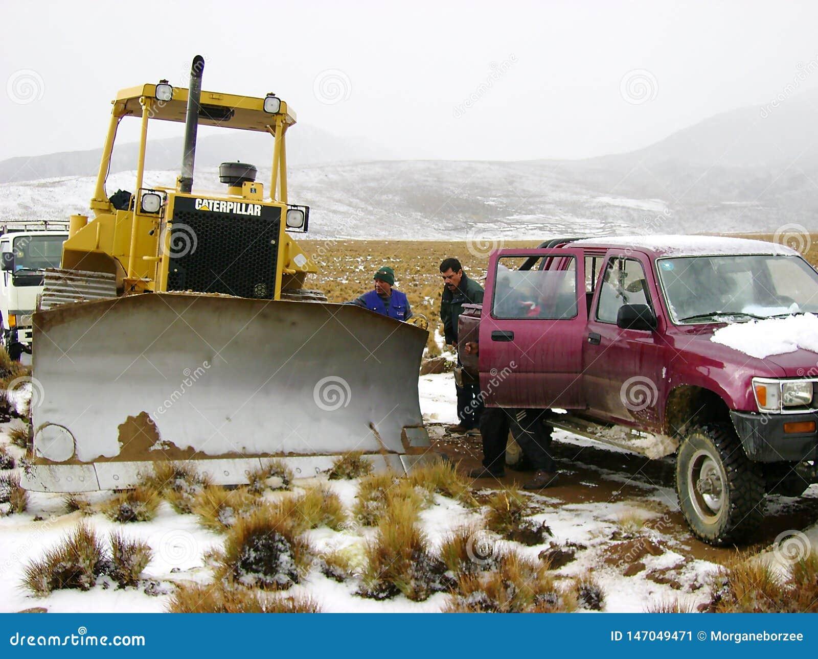 Utvidgning av en väg med tungt maskineri för vägkonstruktion