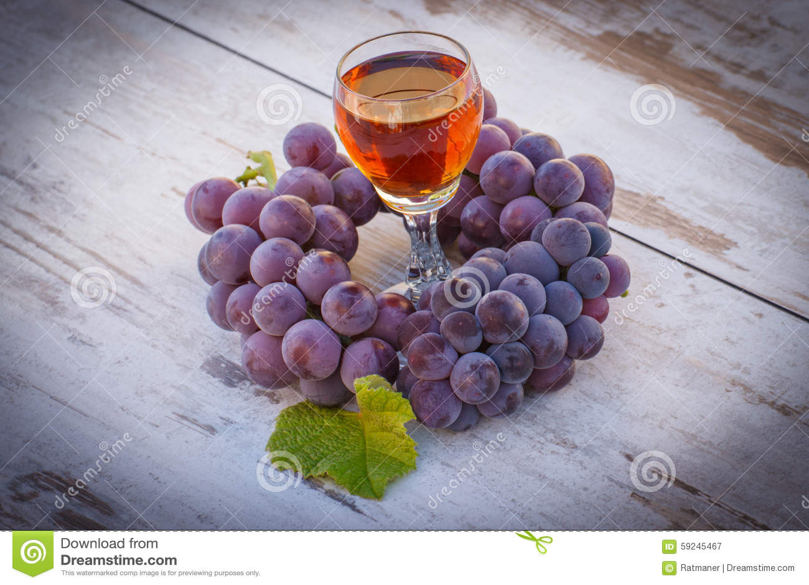 Download Uvas Con La Hoja Y El Vidrio De Vino En La Tabla De Madera En Jardín Imagen de archivo - Imagen de primer, alcohol: 59245467