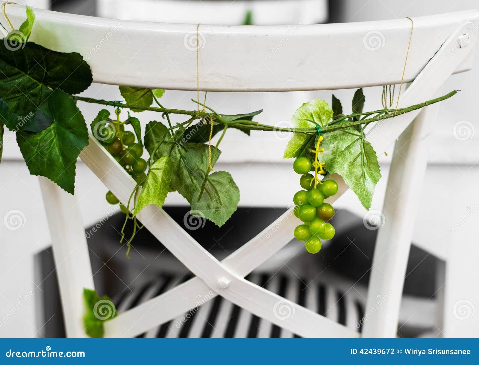 Uvas con las hojas verdes
