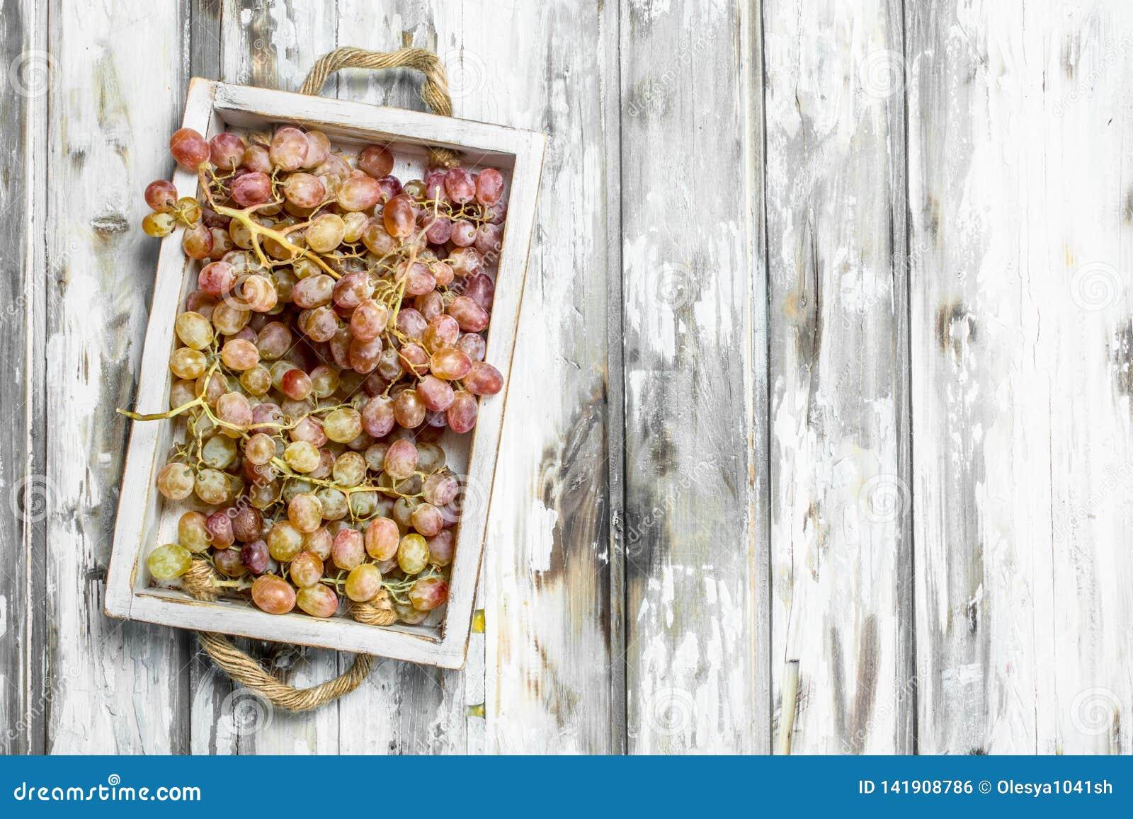 Uvas cor-de-rosa na caixa