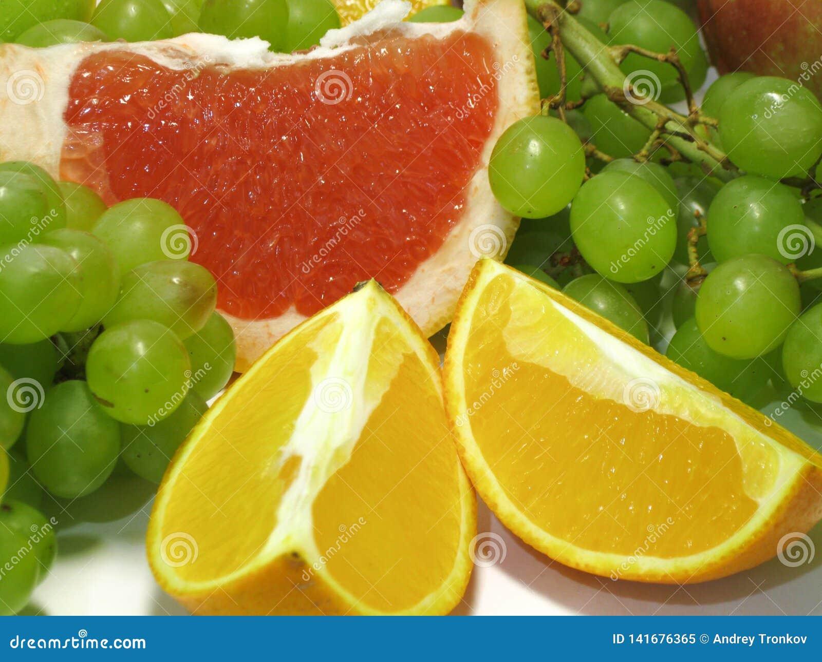Uvas, naranjas y pomelo Cuánta jugosidad y gusto vivo en estos regalos hermosos, sabrosos de la naturaleza