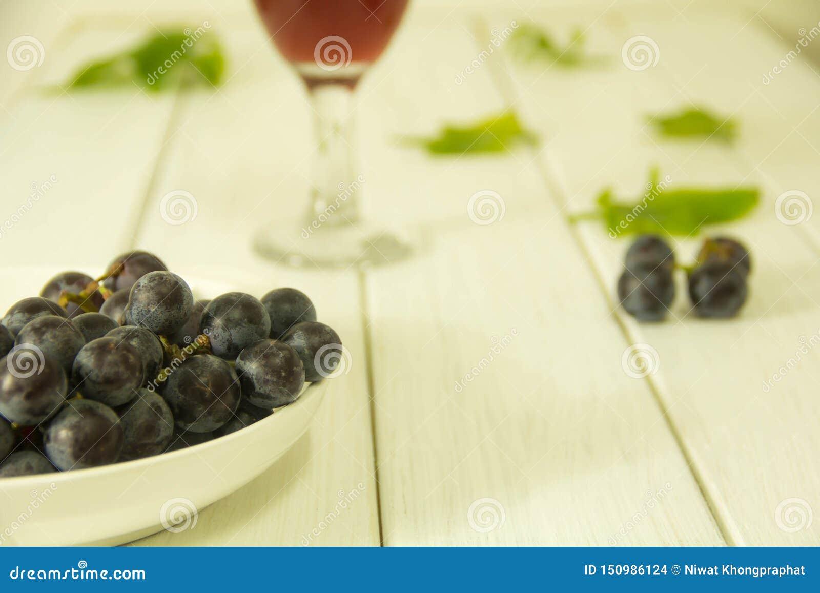 Uvas roxas frescas na placa