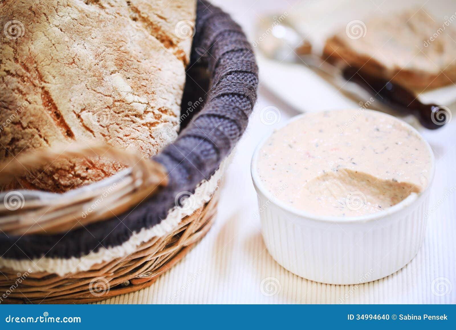 Uwędzony łososiowy śmietanki rozszerzanie się w ramekin z chlebowym bochenkiem, zakąska