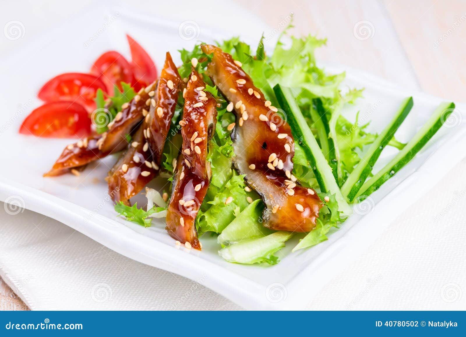 Uwędzony węgorz z unagi kumberlandem i sezamowymi ziarnami