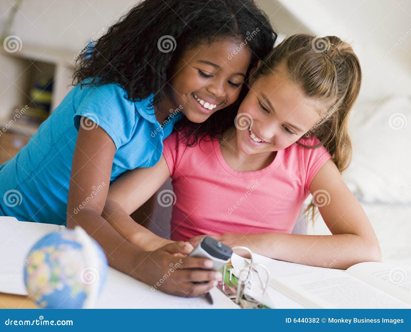 Uwagę rozproszona dziewczyny praca domowa ich potomstwo