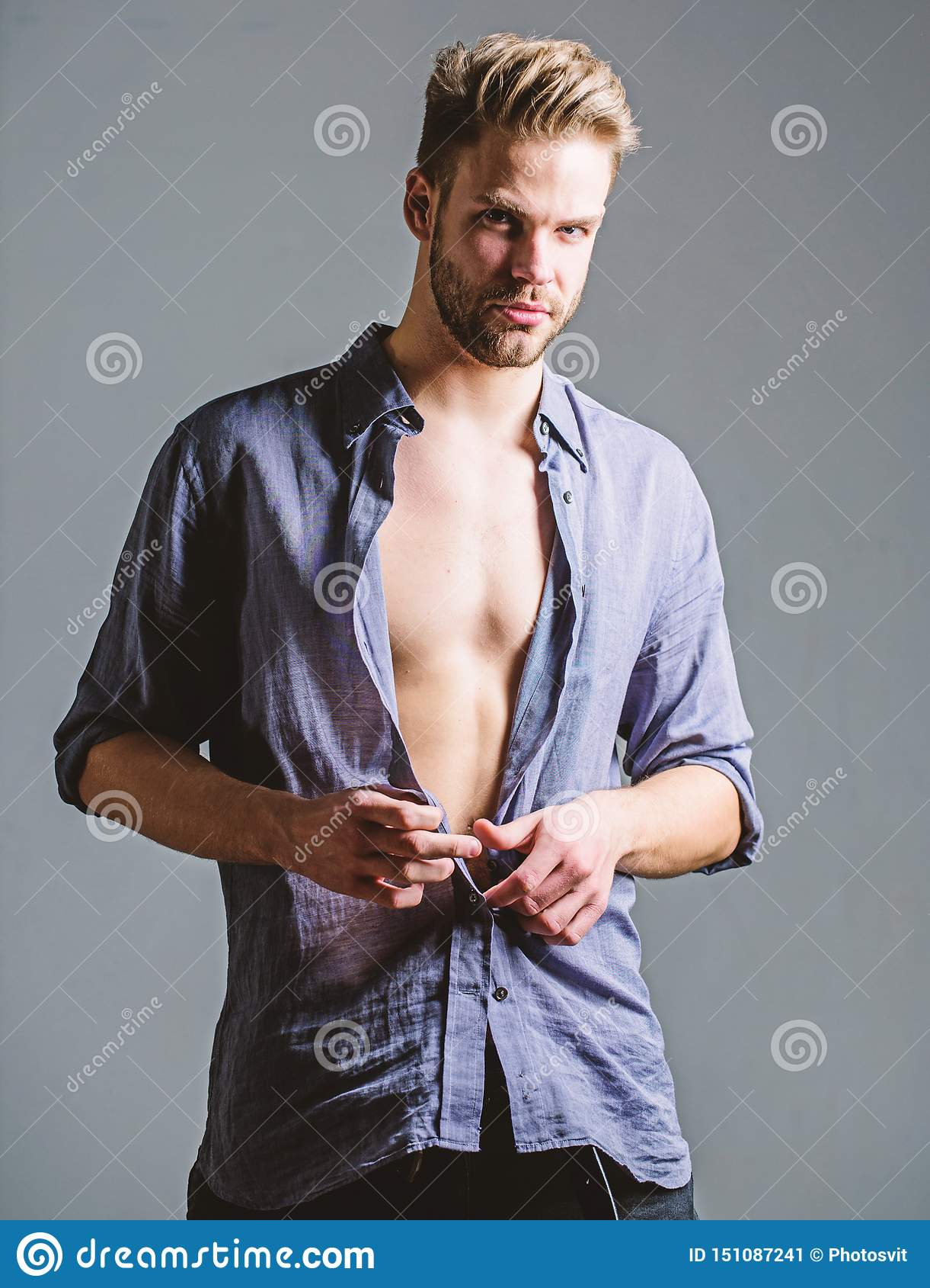 Uwodzicielski macho czuciowy seksowny Artystyczny seksowny cia?o Ufny i atrakcyjny Ogl?da ja Czas zmiana odziewa m??czyzna przyst