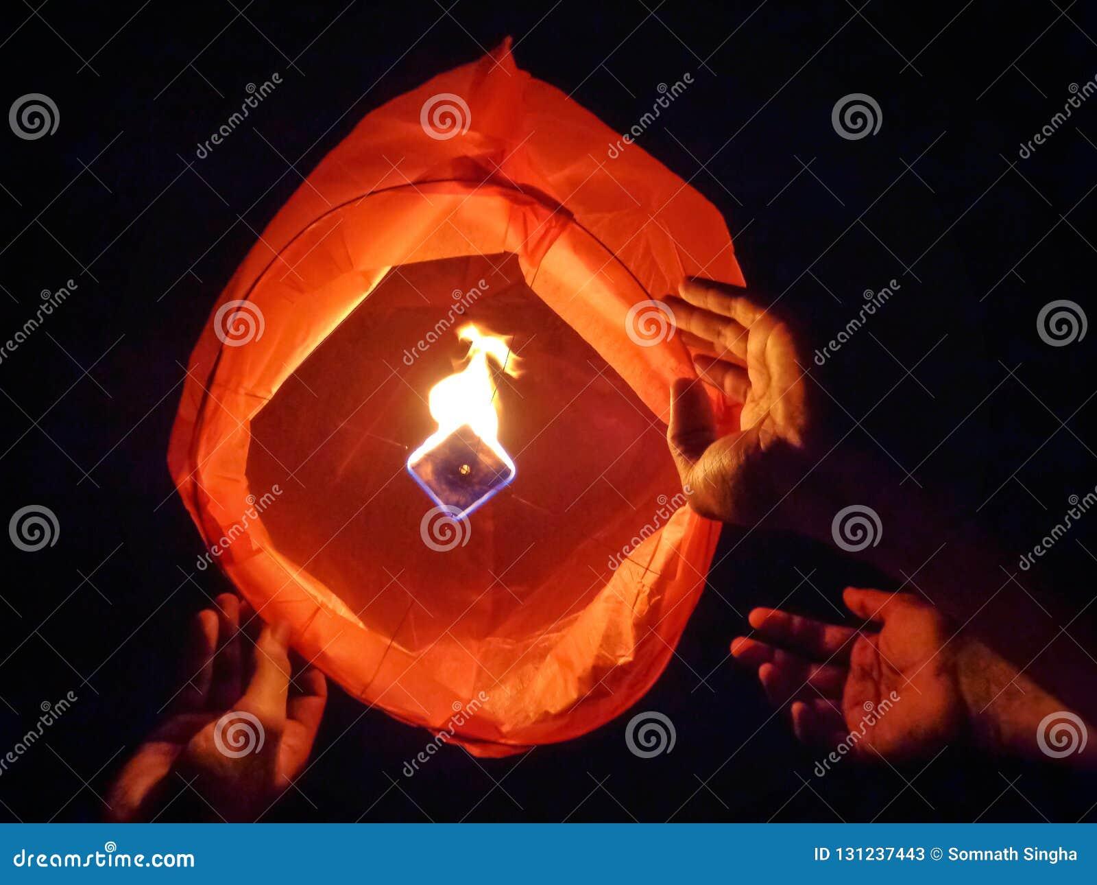 Uwolnienia nieba lampion w Diwali festiwalu