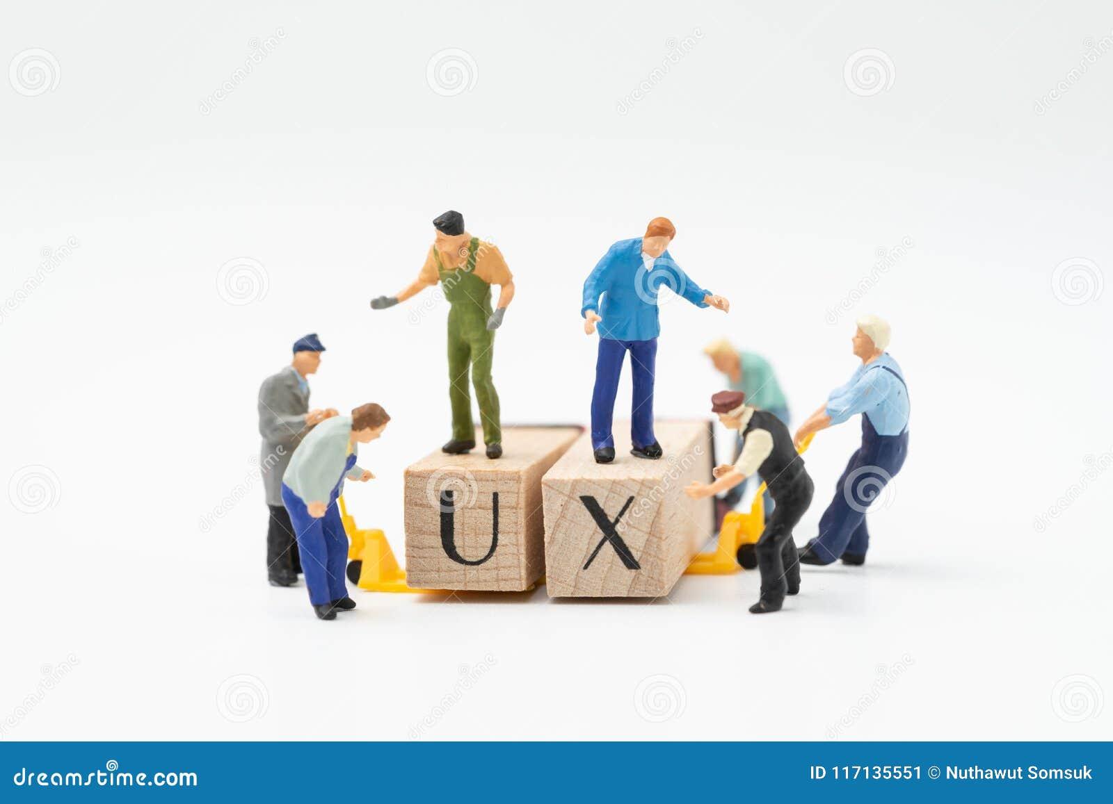 UX, concepto de la creación de la experiencia del usuario, estatuillas miniatura de la gente