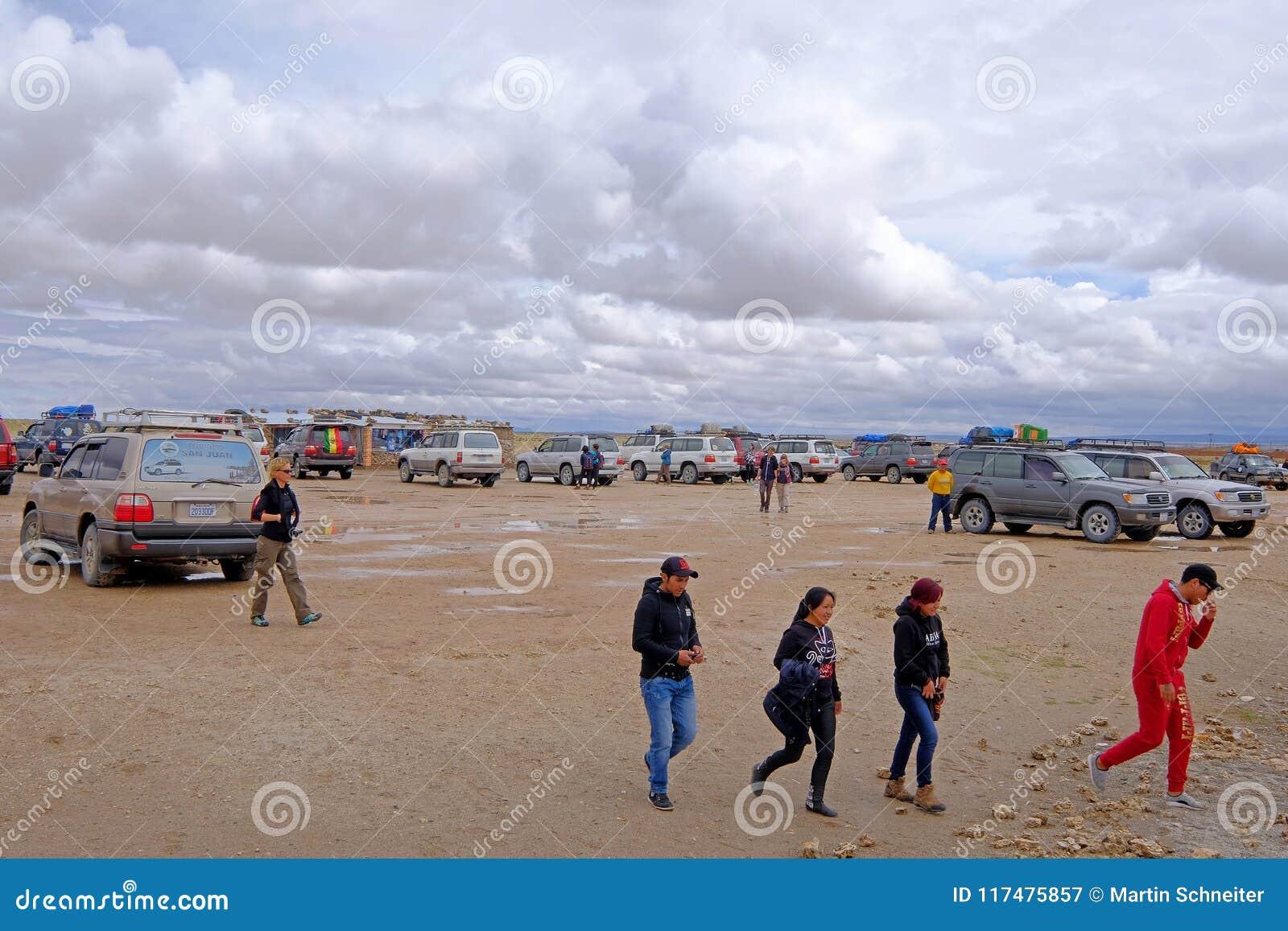 Uyuni,玻利维亚, 2018年1月31日:游人和游览汽车在火车坟园,大众观光业, Uyuni,玻利维亚