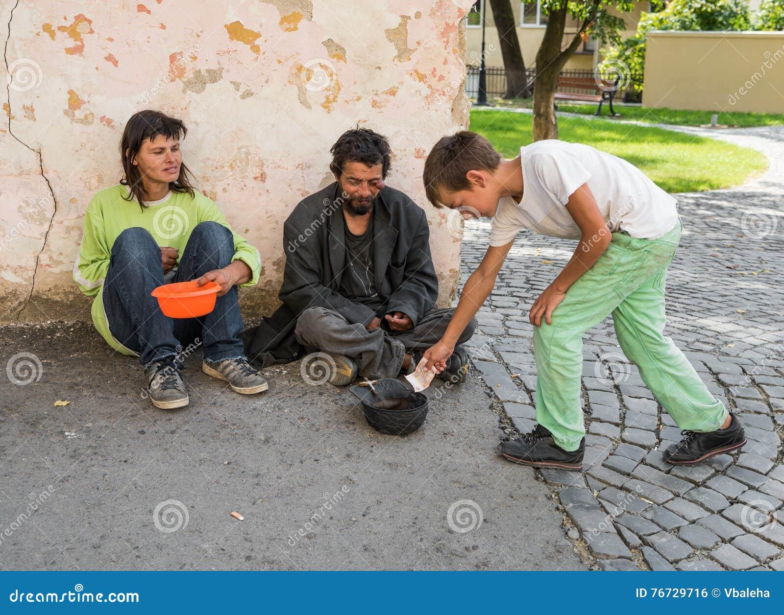 UZHHOROD, УКРАИНА - 21-ОЕ АВГУСТА 2016: Бедные человеки умоляя для al
