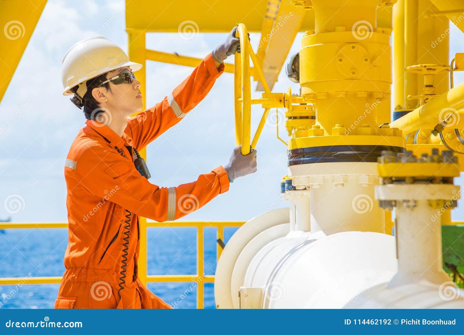 Válvula abierta del operador de la producción para permitir el gas que fluye a la línea tubo de mar para el gas y el petróleo cru