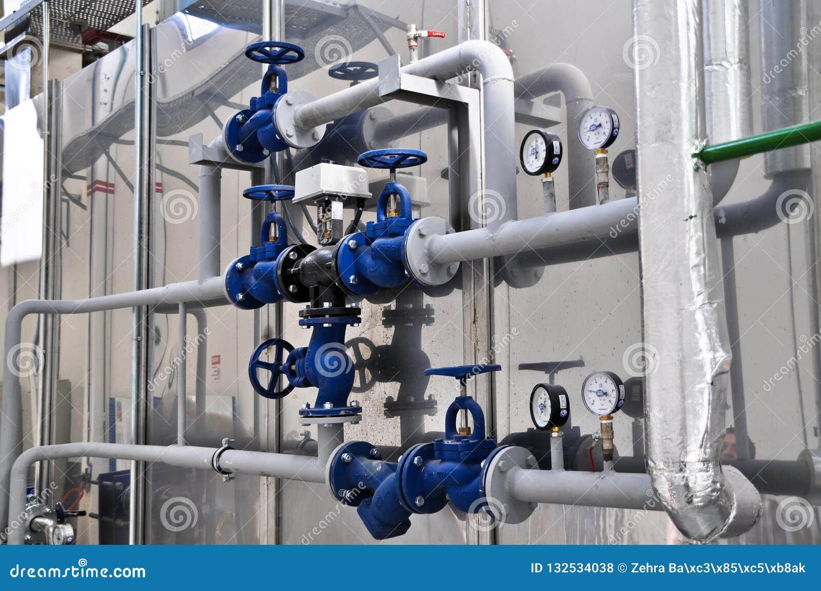 Válvulas em uma fábrica onde o sistema da pressão seja controlado