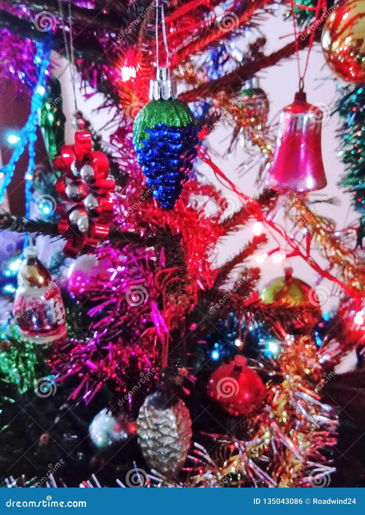 Vária decoração do Natal na árvore de abeto