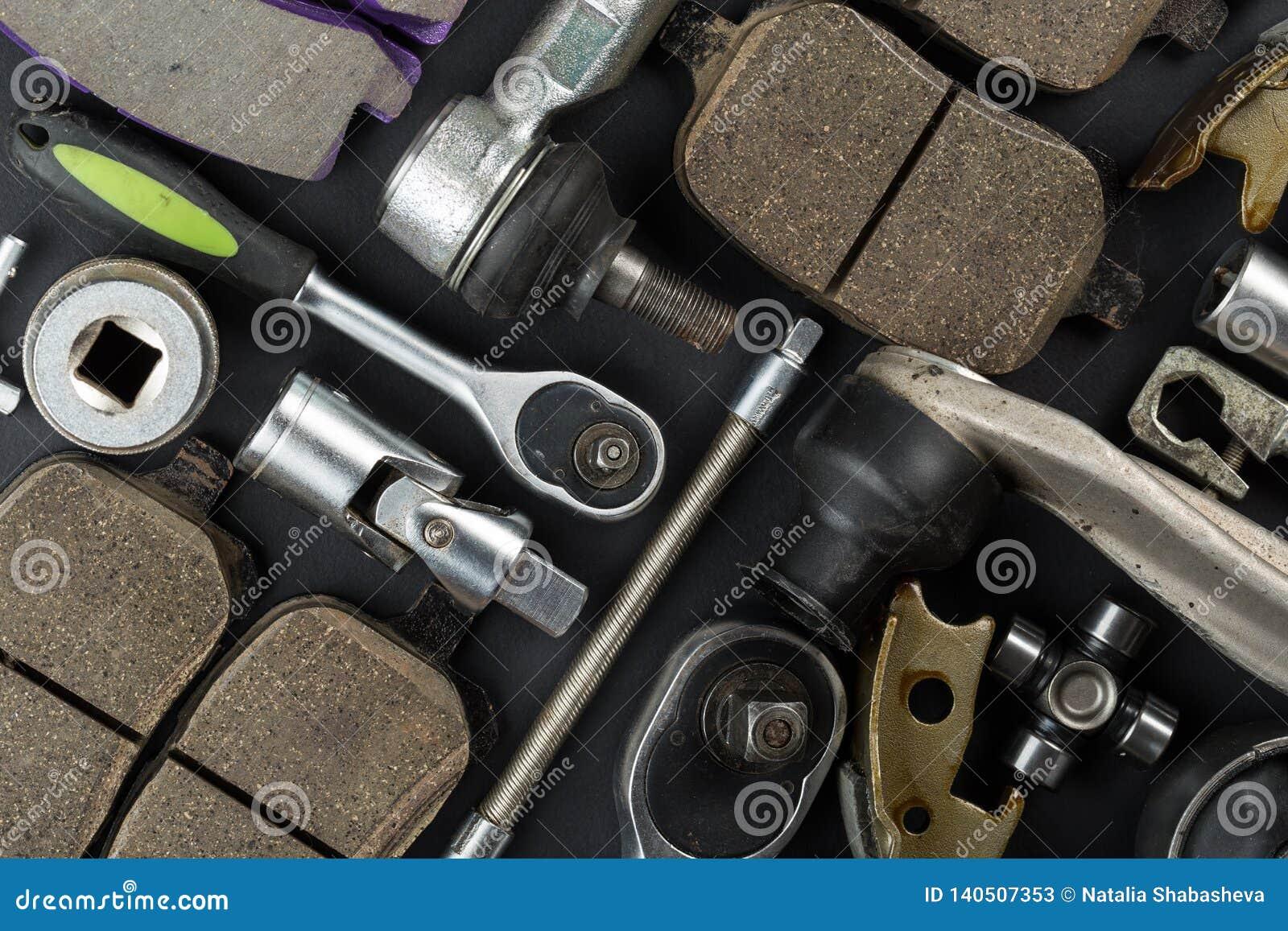 Várias peças e ferramentas do carro