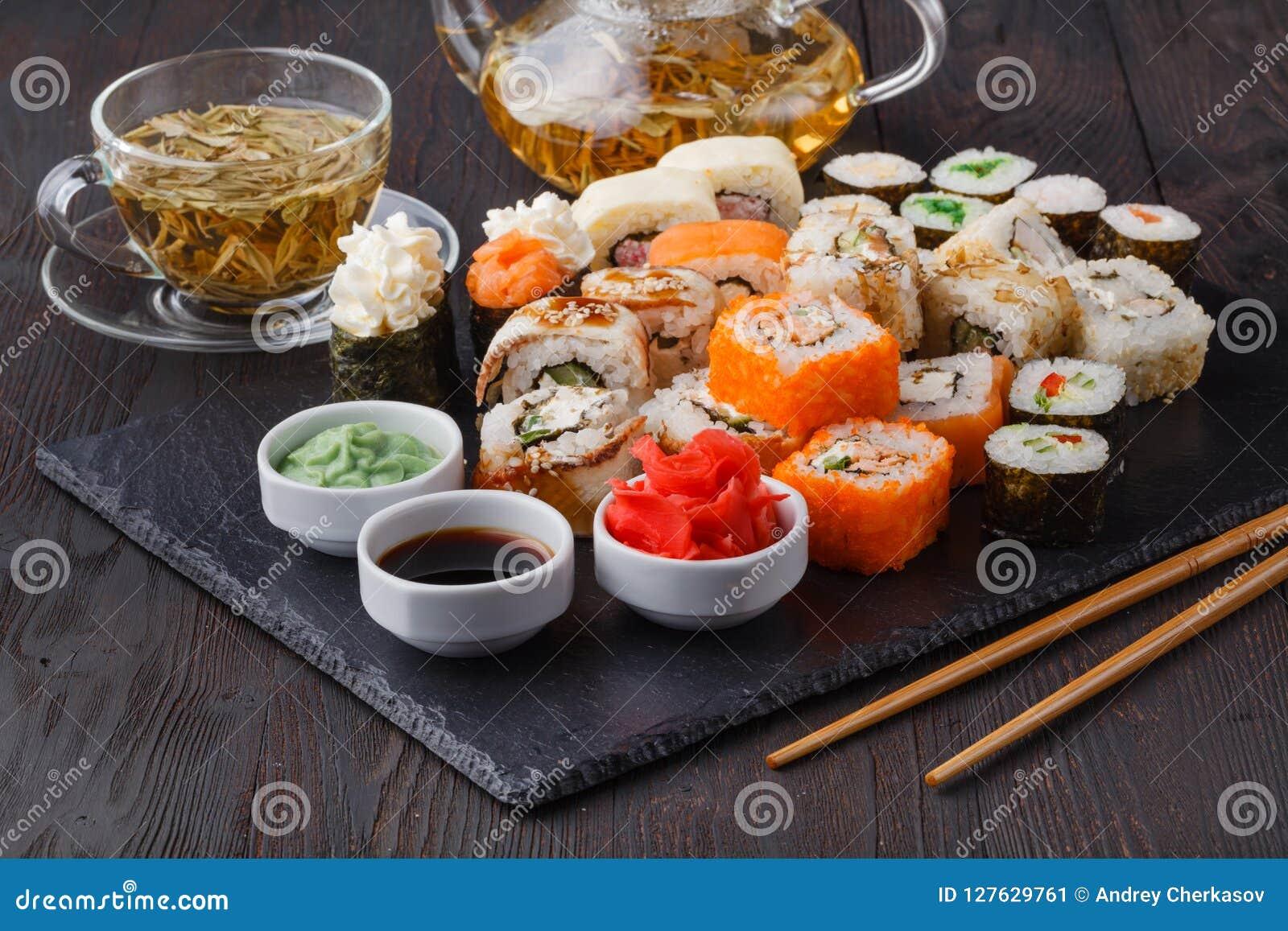Vário rolo com salmões, abacate, pepino Menu do sushi Alimento japonês