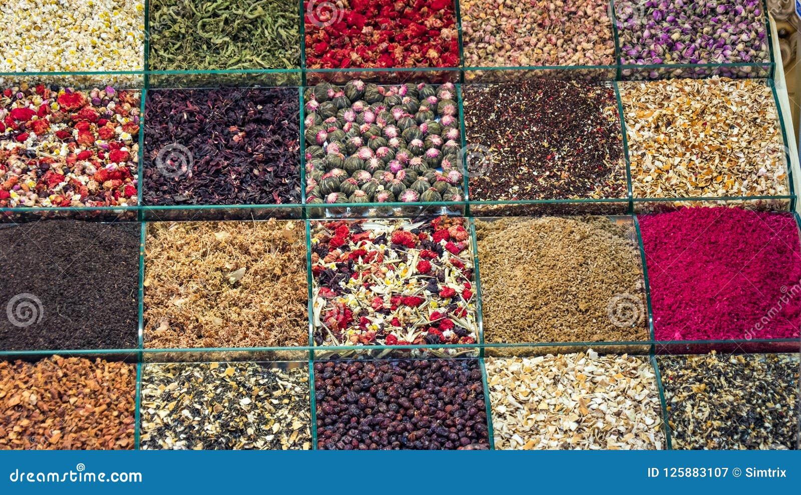 Vários chás da tisana e do fruto no bazar turco da especiaria em Istambul