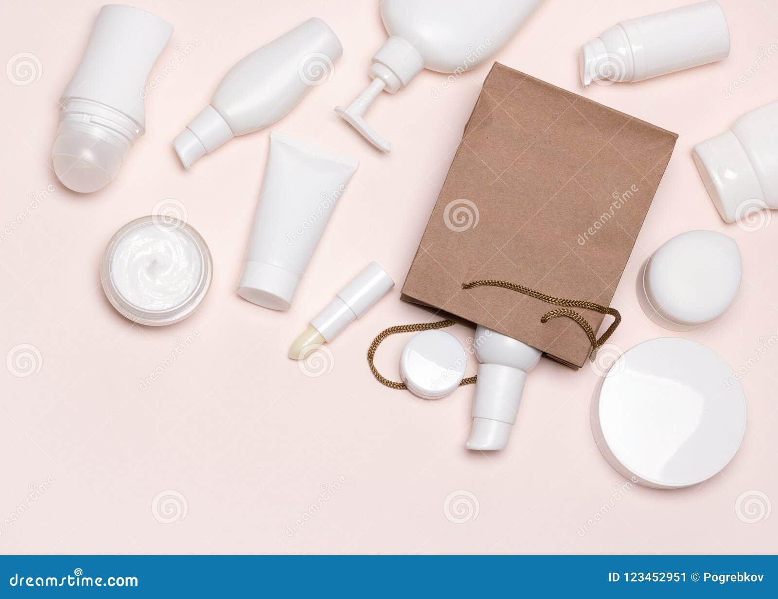 Vários cosméticos e saco da mercadoria do papel flatlay