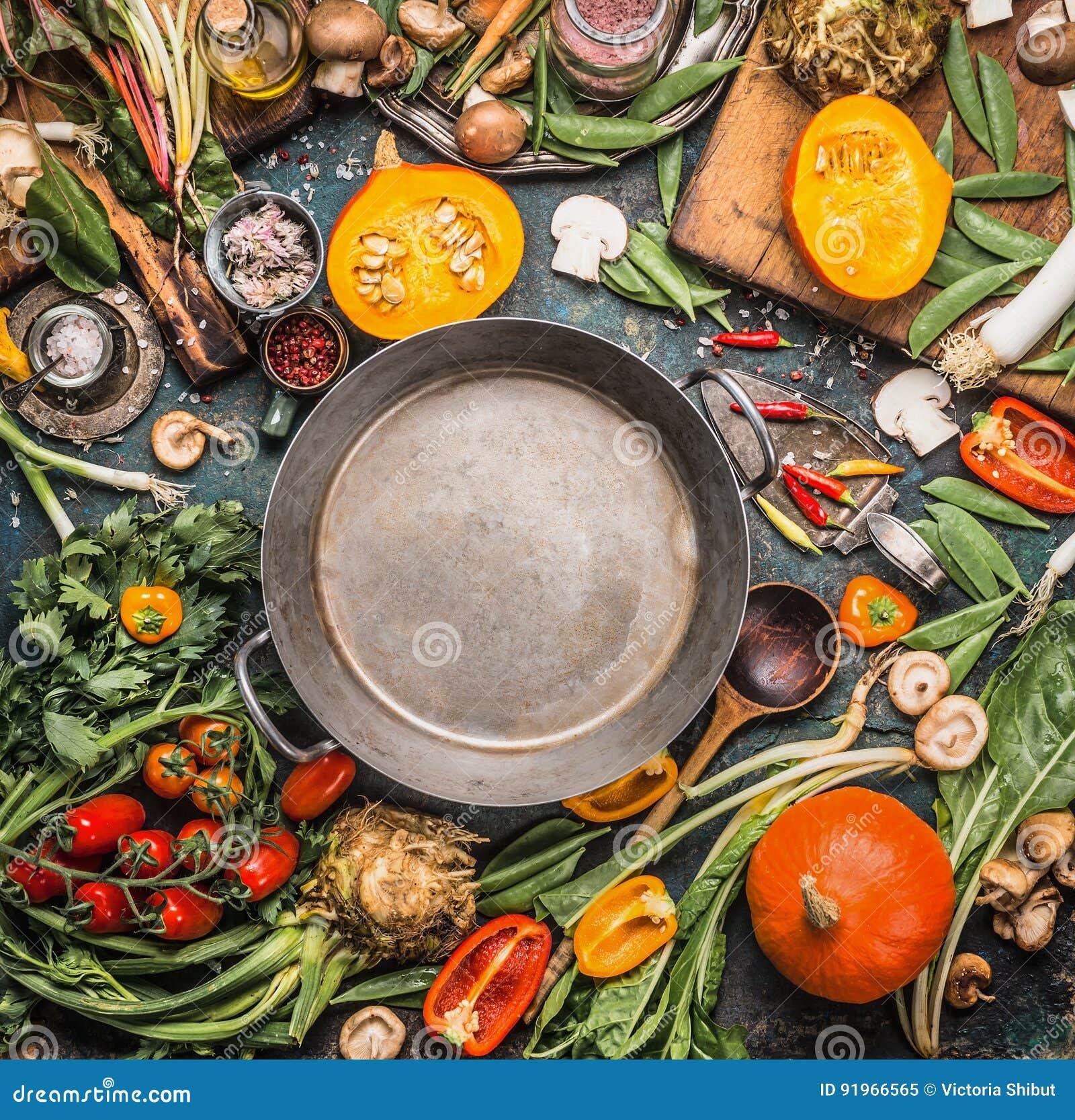 Vários vegetais e ingredientes saudáveis e orgânicos da colheita: abóbora, verdes, tomates, couve, alho-porro, acelga, aipo em to