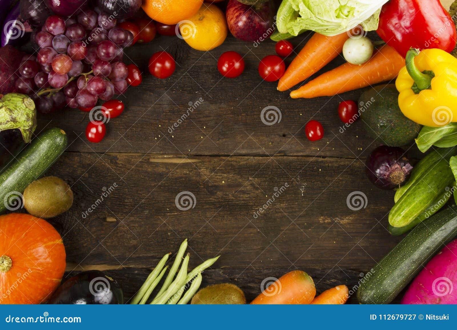 Vários vegetal e frutos orgânicos na madeira da prancha