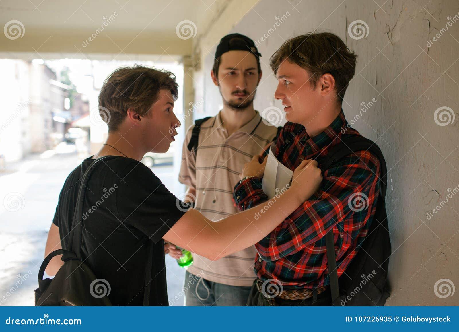 Vândalos assustado da rua do menino da violência adolescente