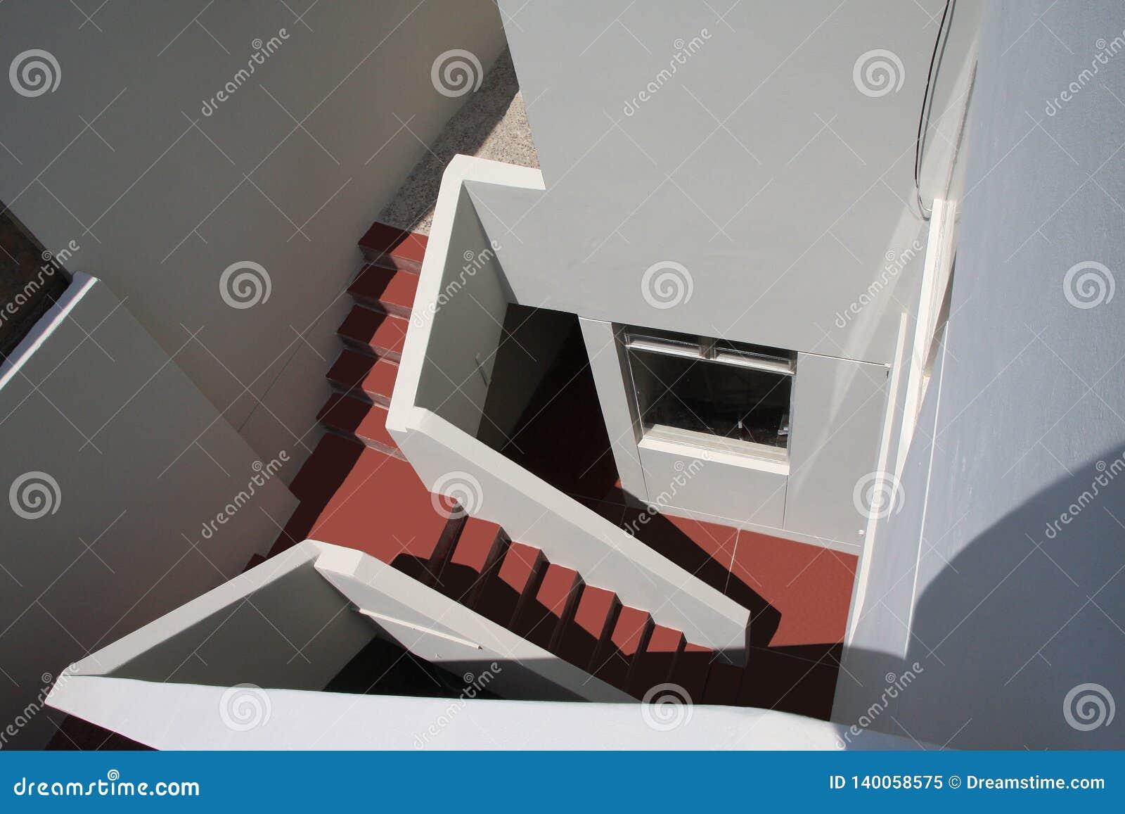 Vão das escadas na parte traseira de uma casa