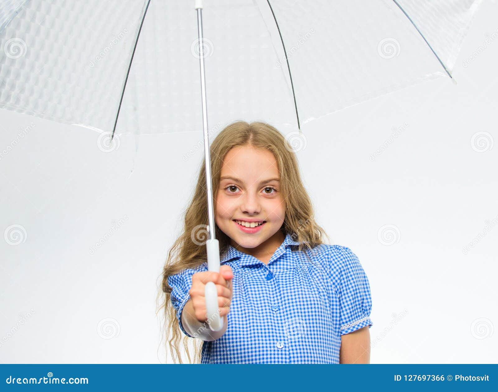 Väder för nedgång för möte för flickabarn klart med genomskinlig paraplyvitbakgrund Tyck om regniga dagar med paraplytillbehören