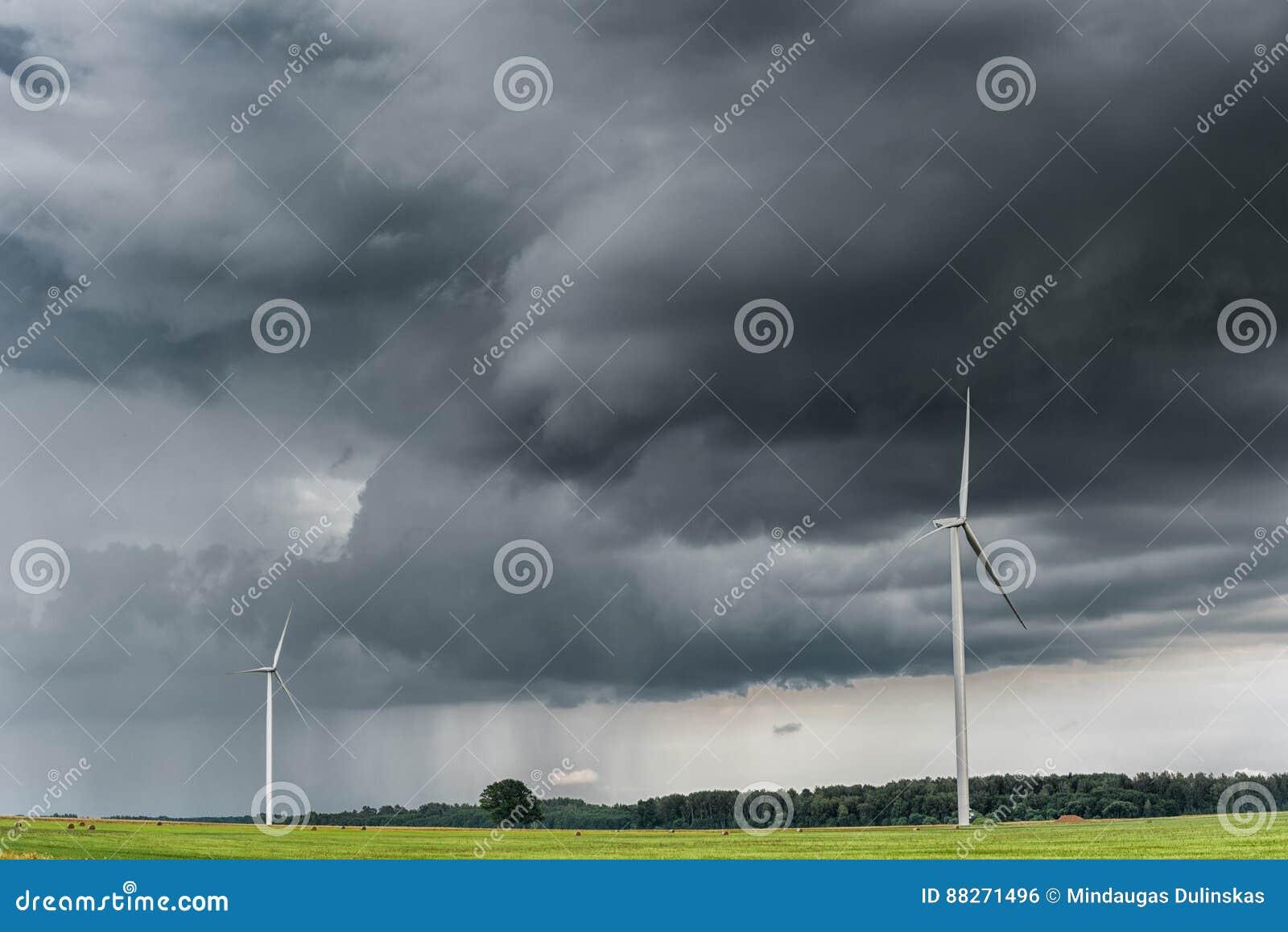 Väderkvarn med stormig himmel molnig sky