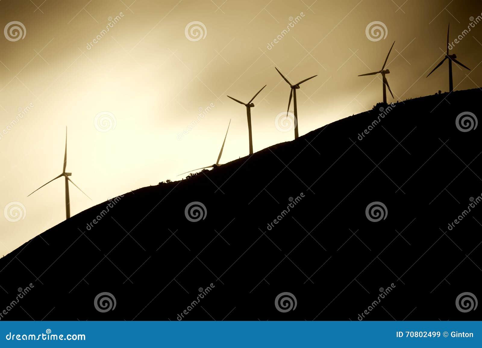 Väderkvarnar på bergssidan