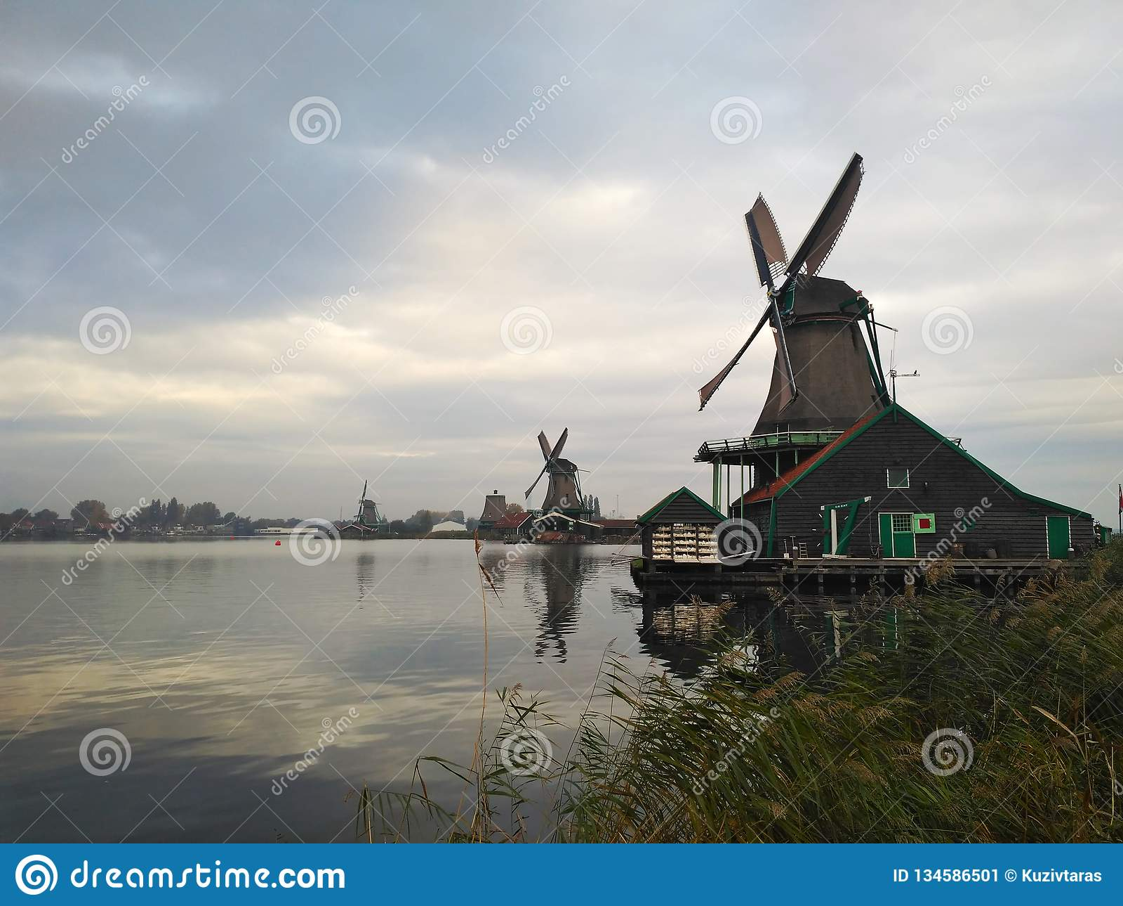 Väderkvarnar på floden Zaan Zaanse Schans, Nederländerna