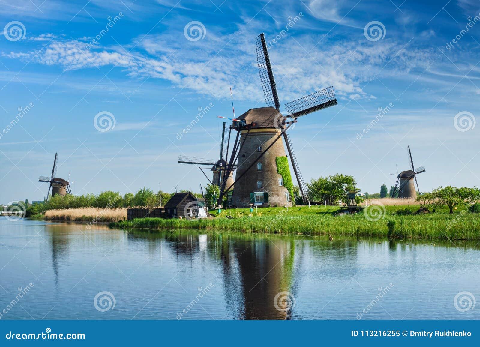 Väderkvarnar på Kinderdijk i Holland Nederländerna