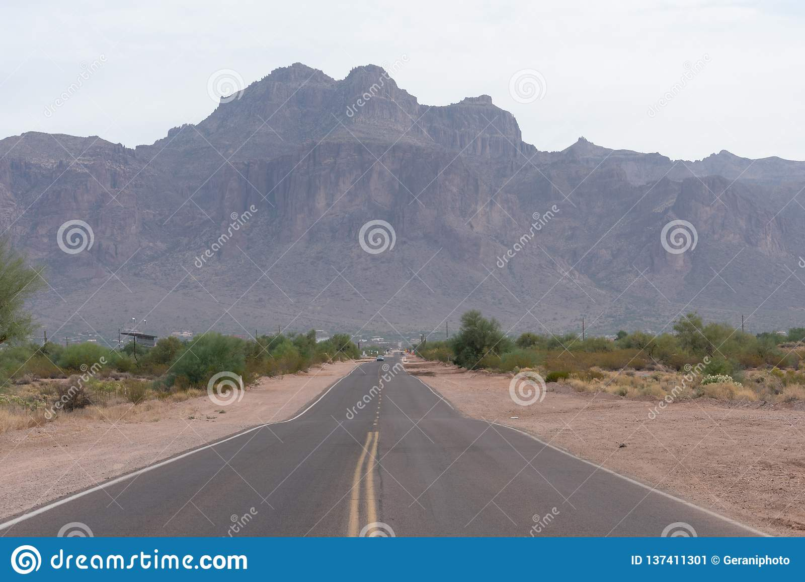 Väg i Arizona som leder till vidskepelsebergen