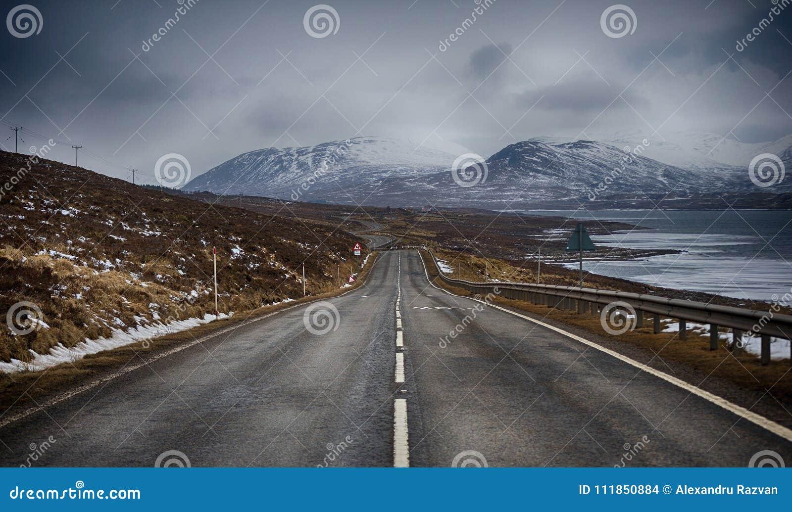 Väg i berg i mitt av vintern