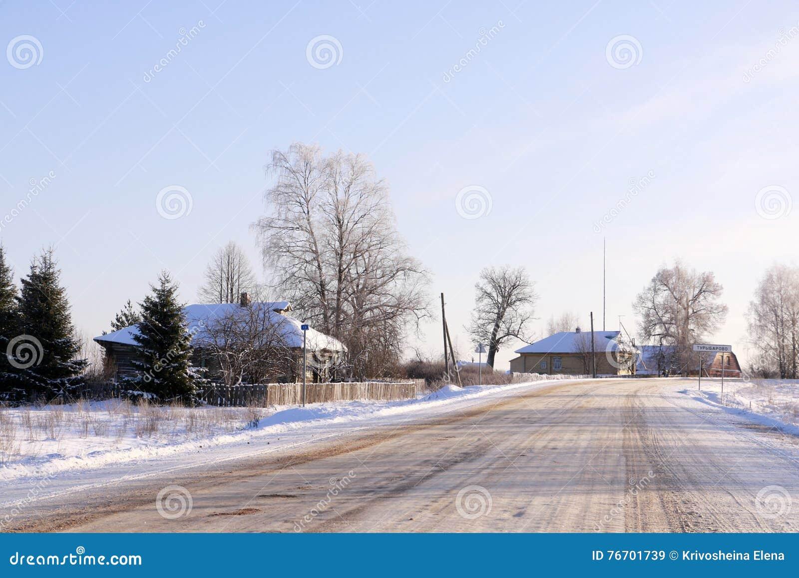 Väg i insnöad vinterdag