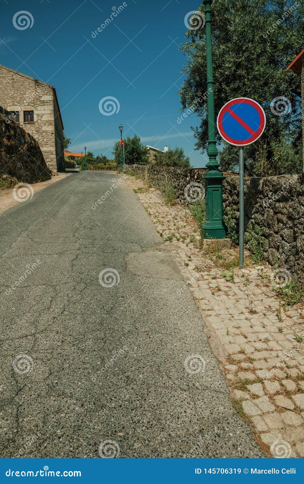V?g med den ljusa stolpen och INGET PARKERA trafiktecken p? Monsanto