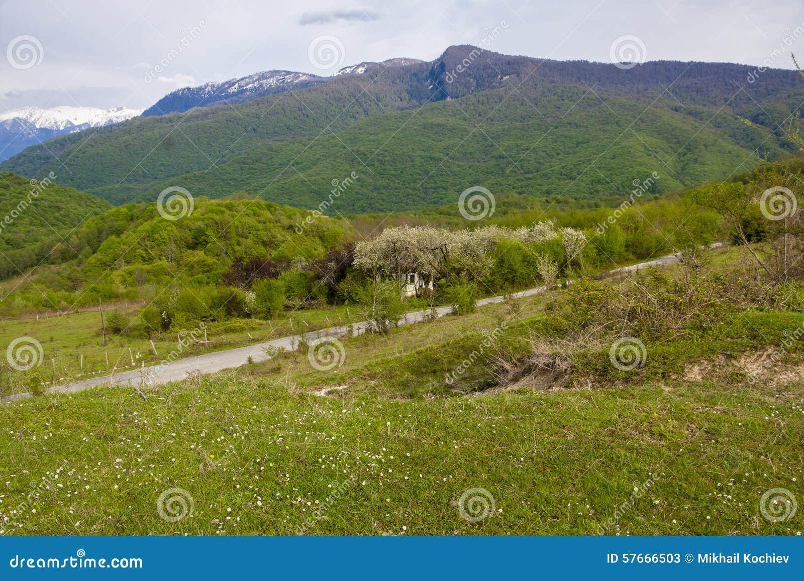 Väg nära huset i berg