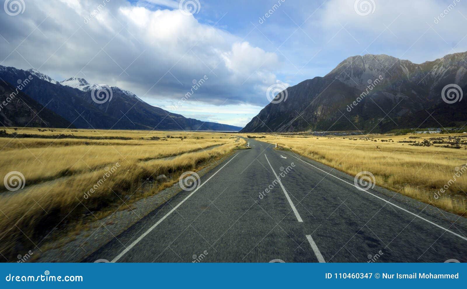 Väg som leder till den Aoraki monteringskocken Village, södra ö, Nya Zeeland