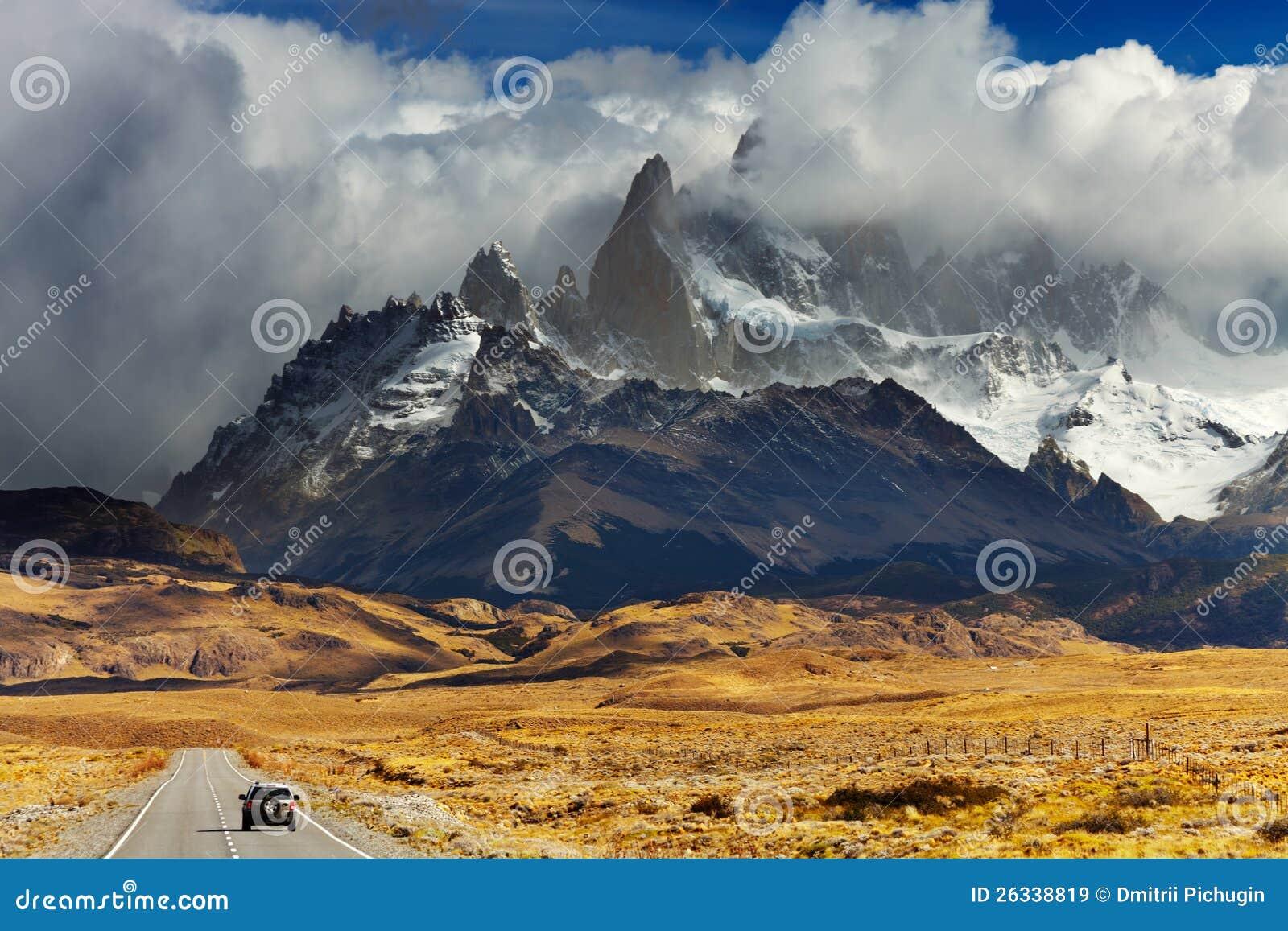 Väg som monterar Fitz Roy, Patagonia, Argentina